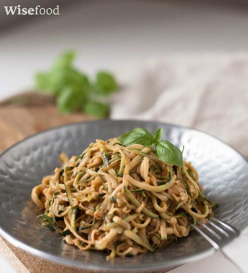Squash-pasta med peanutdressing