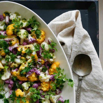 Salat med blomkål og basilikum-pinjedressing