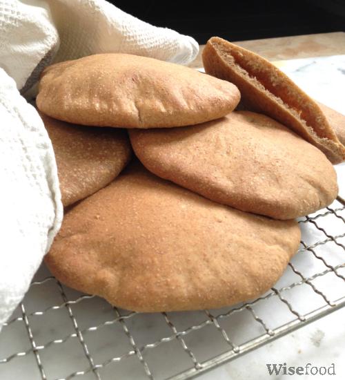Pitabrød af fuldkornsspelt – nemme at bage